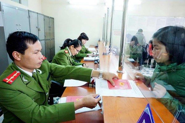 Người dân làm sổ hộ khẩu tại Công an huyện Gia Lâm, Hà Nội